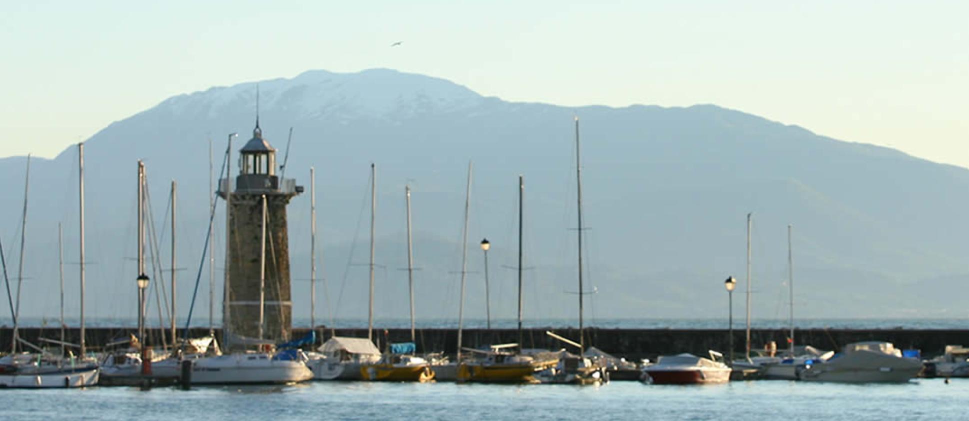 Un piccolo porto con faro