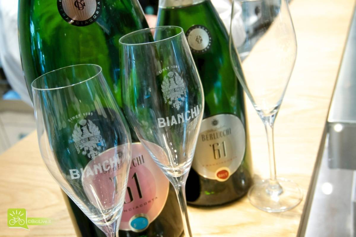 """Ogni cosa è """"griffata"""": dai bicchieri alle posate, dai piattini del caffè al cestello dello champagne"""