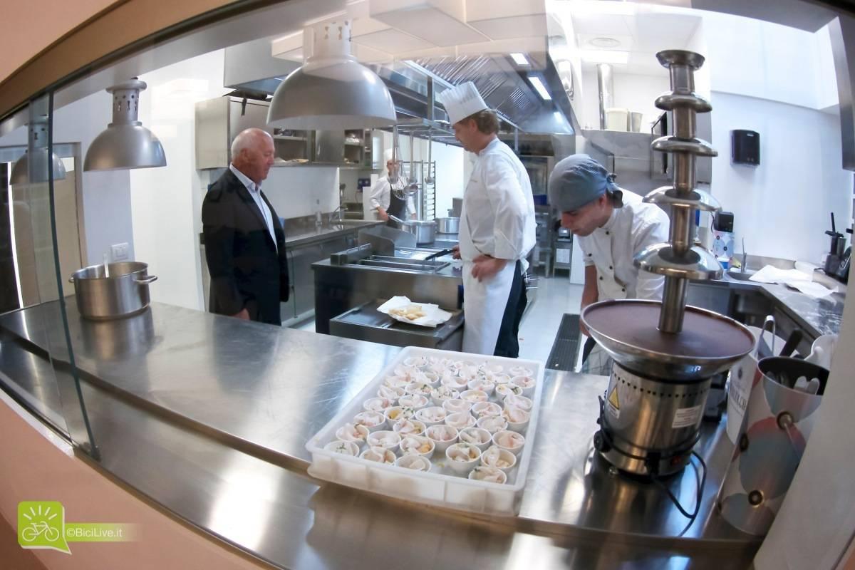 La cucina a vista della sala privata con Salvatore Grimaldi, attentissimo ad ogni dettaglio