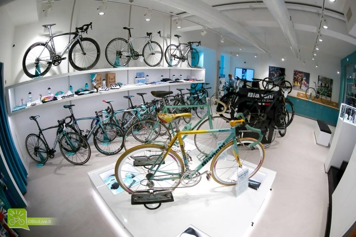 Lo shop monomarca Bianchi con le bici originali di Pantani e Gimondi
