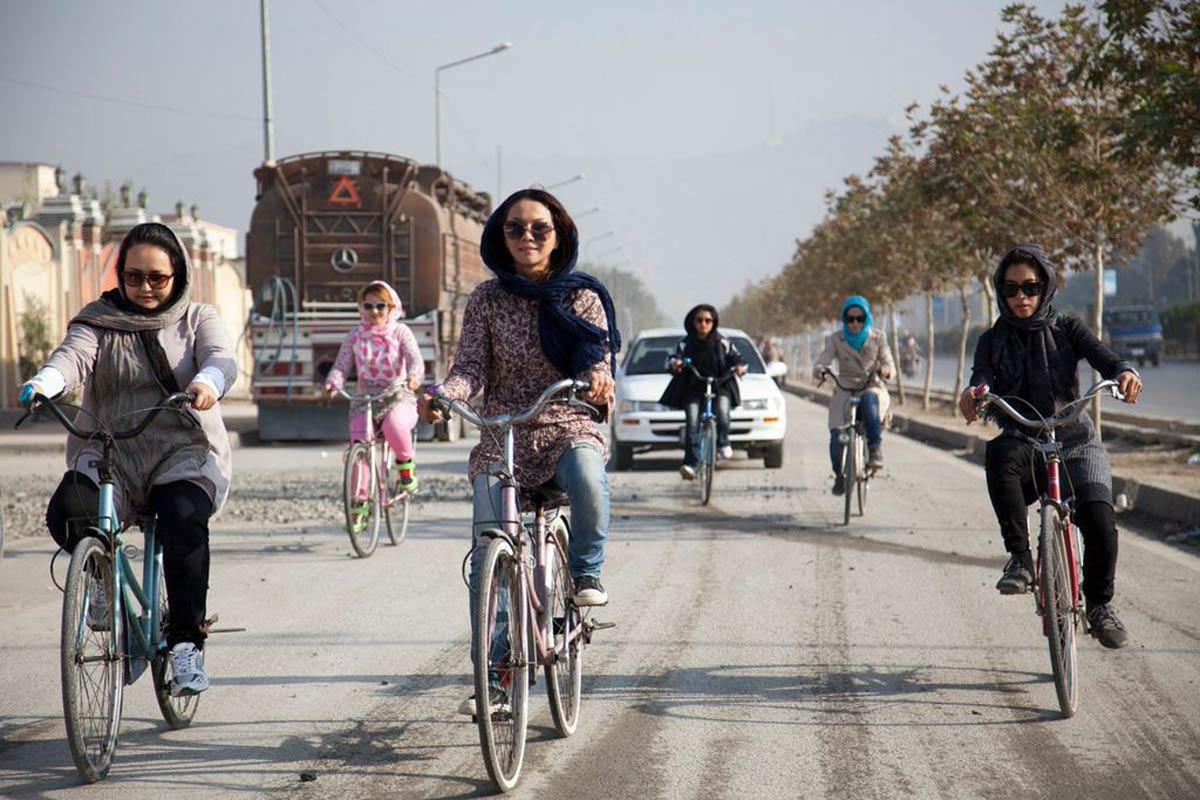 Un gruppo di ragazze che a Kabul hanno formato una Bikers Gang
