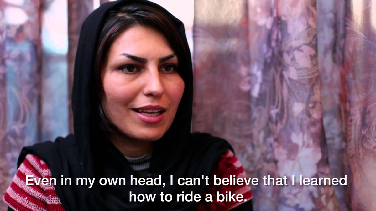 donne afghane in bicicletta