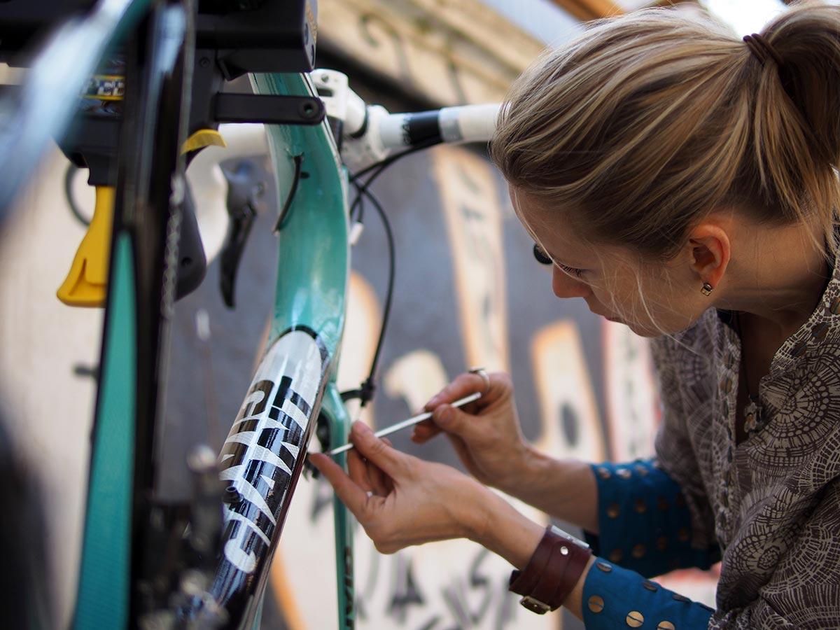 Shannon Galpin prepara le bici per le ragazze afghane