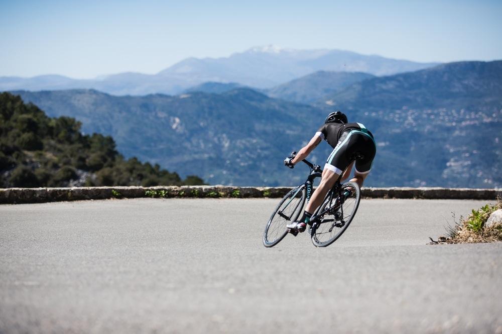 """La foto mostra il ciclista in staccata su un tornante, che esprime  lo slogan della Bianchi Specialissima: """"pura potenza, sotto controllo""""."""