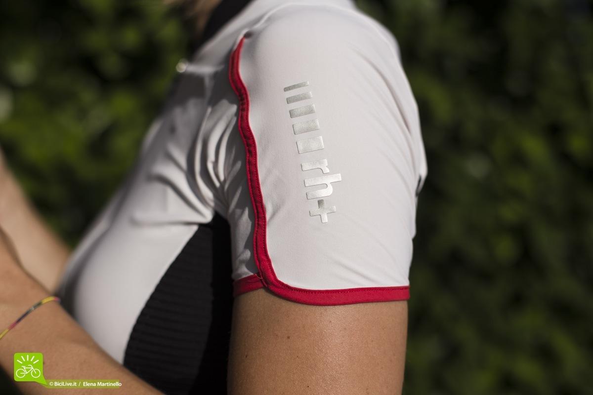La particolarità della maglia RH+ REVO woman è la manica a petalo molto raffinata