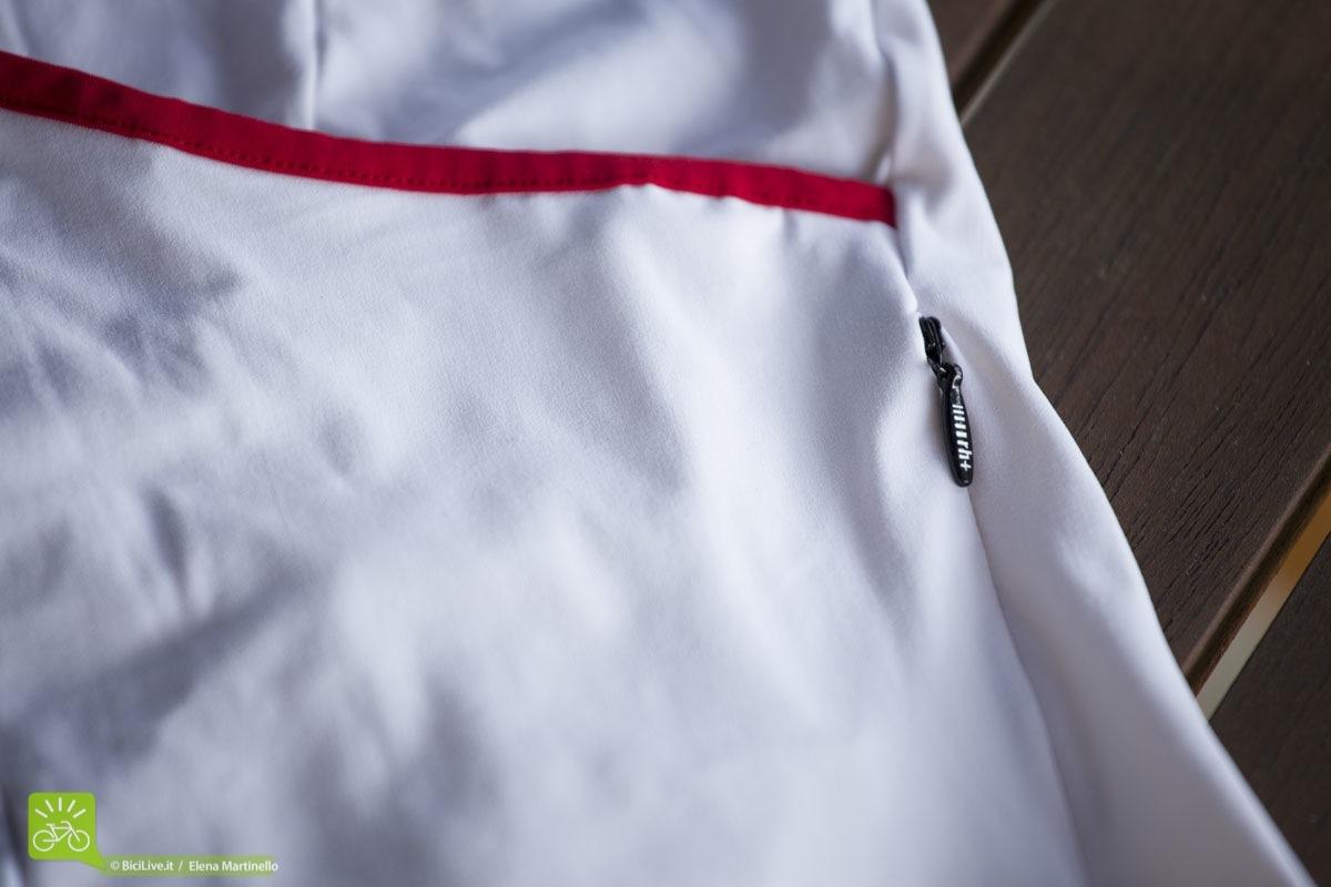 Una piccola taschina con chiusura a zip è nascosta a lato delle tasche posteriori