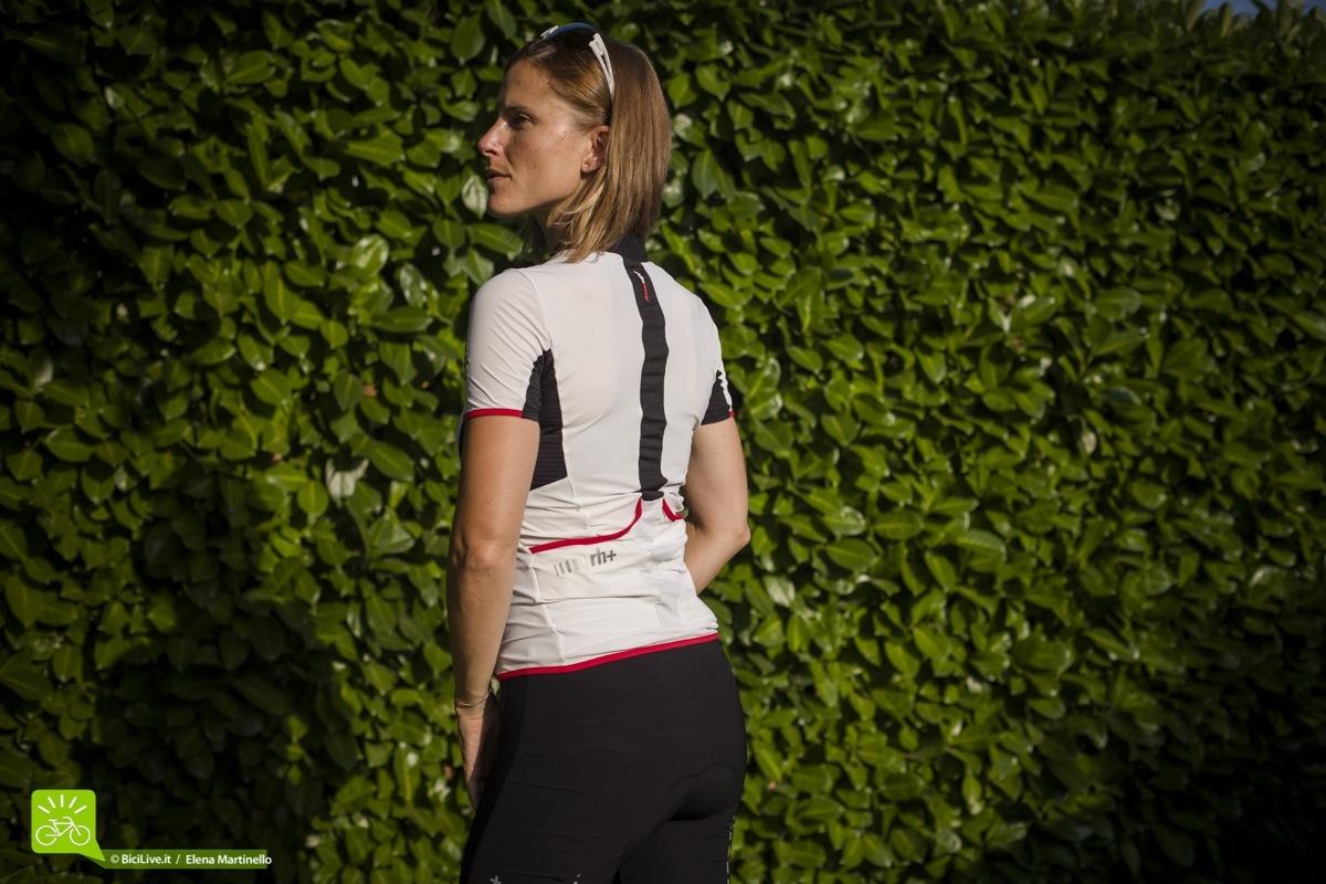 Gli inserti in rete del jersey RH+ REVO Woman sono posizionati nei punti di maggiore sudorazione.