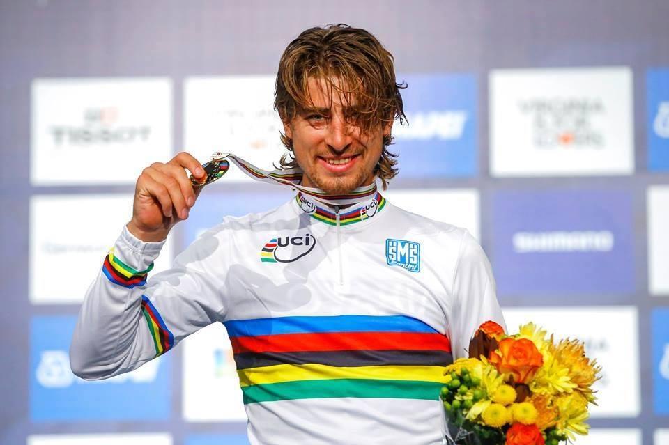 peter sagan stringe la sua mdaglia d'oro dei mondiali di ciclismo di richmond 2015
