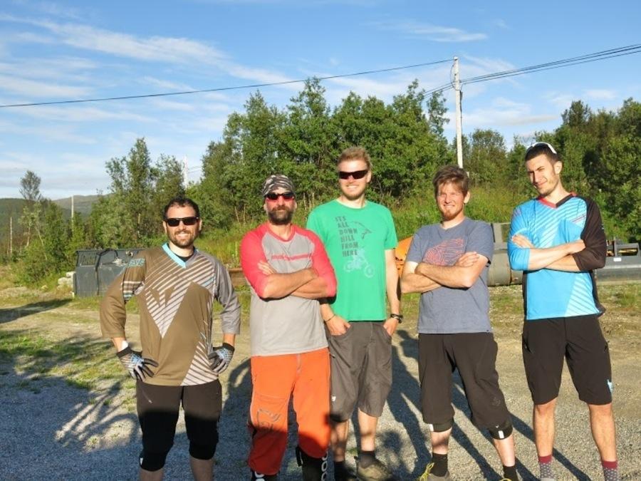 Una foto di gruppo di noi cicloturisti in Norvegia, senza le nostre amate mountain bike