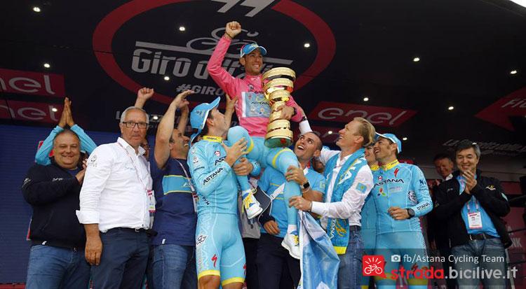 nibali portato in trionfo dal suo team Astana alla premiazione del Giro d'Italia 2016