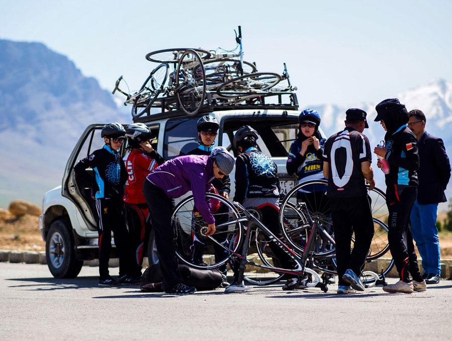 L'immagine raffigura le ragazze della squadra nazionale di ciclismo femminile afghana durante l'allenamento