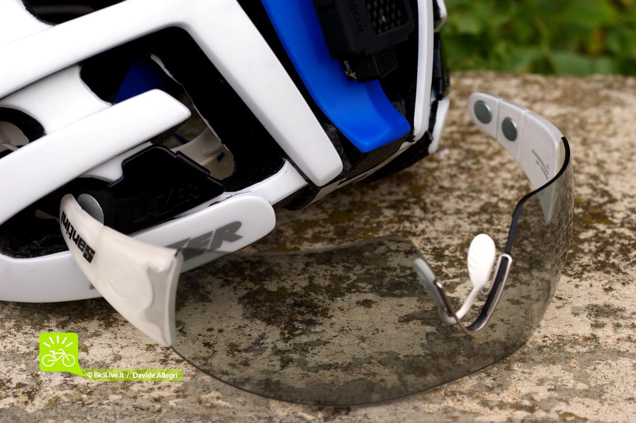 Nell'asta degli occhiali è possibile vedere i magneti che offrono due diverse regolazioni