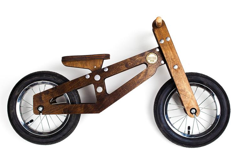 foto di una balance bike in legno