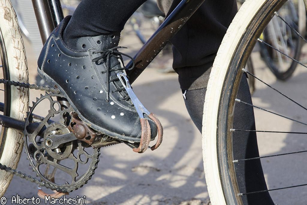 Una delle regole de L'Artica è che l'abbigliamento deve essere a tema e quindi anche i pedali e possibilmente le scarpe devono essere vintage.
