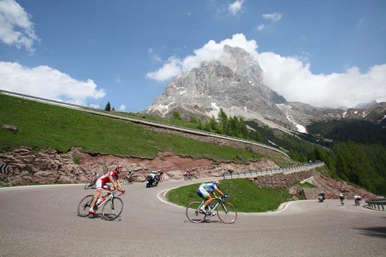 Un tornante della Sportful Dolomiti Race