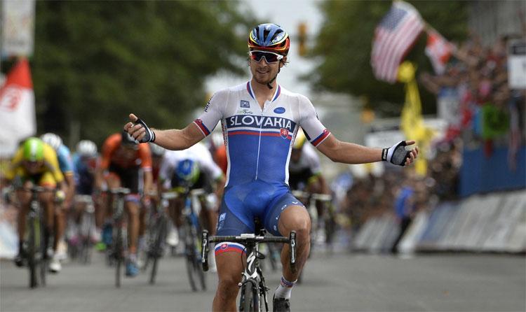 Il ciclista Peter Sagan, vincitore del mondiale su strada del 2015, veste capi Santini