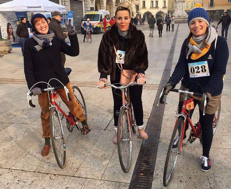 Foto di Simona e le amiche con bici d'epoca
