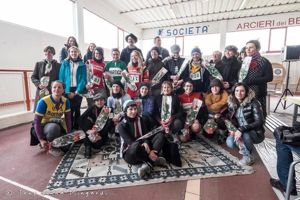 Foto di gruppo delle donne che hanno partecipato a L'Artica cicloturistica d'epoca