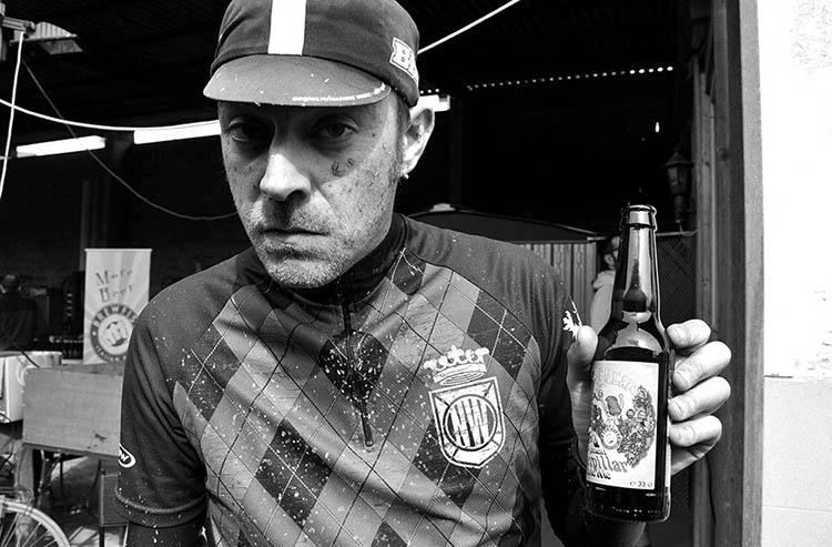 Foto di partecipante alla Lodi-Lecco-Lodi con bottiglia di birra