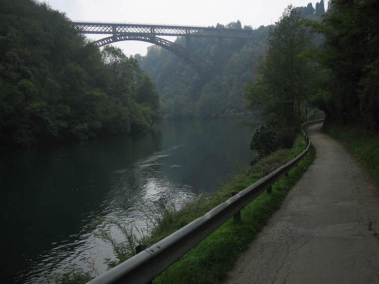 Foto di una parte del tracciato della Lodi-Lecco-Lodi in direzione del lago di Como con canale e ponte in ferro