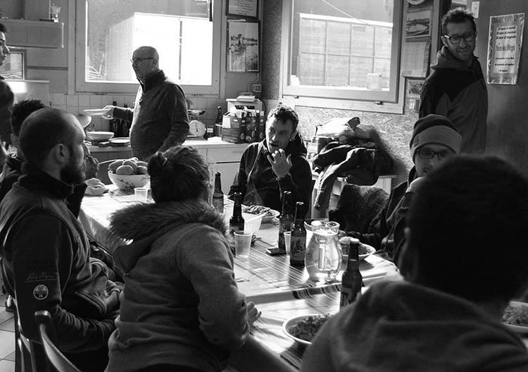 Foto di partecipanti alla Lodi-Lecco-Lodi a prezzo dopo la fine della gara