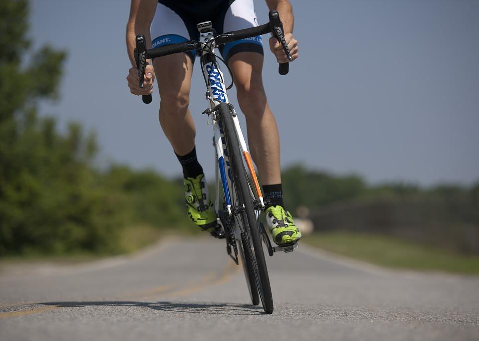 Un ciclista mentre esegue il test per il calcolo della soglia ftp