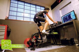 un ciclista mentre esegue un test sui trasduttori di forza