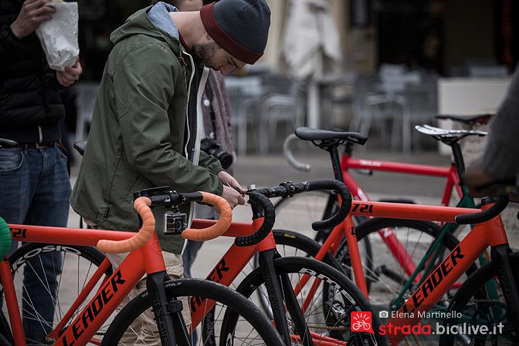 Un rider del Criterium Checkmate Oakley di Marostica controlla la sua bicicletta a scatto fisso