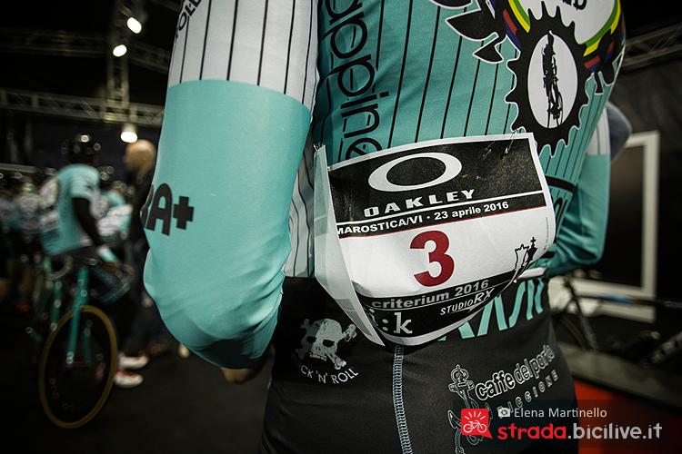 Il pettorale di un biker alla partenza della gara per fixed svolta in Veneto e sponsorizzata da Oakley