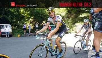 Il ciclista Vanmarcke in azione in salita in sella ad una bicicletta da corsa Bianchi Oltre xr 2