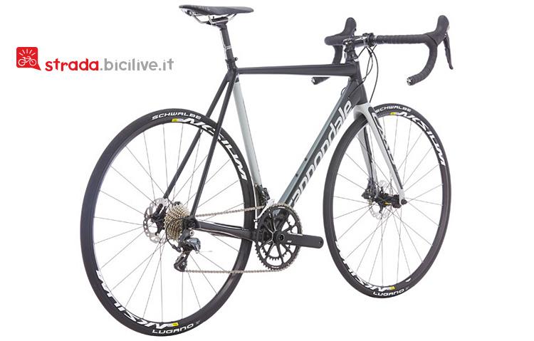 Il modello Disc Ultegra della bicicletta da strada Cannondale Caad12