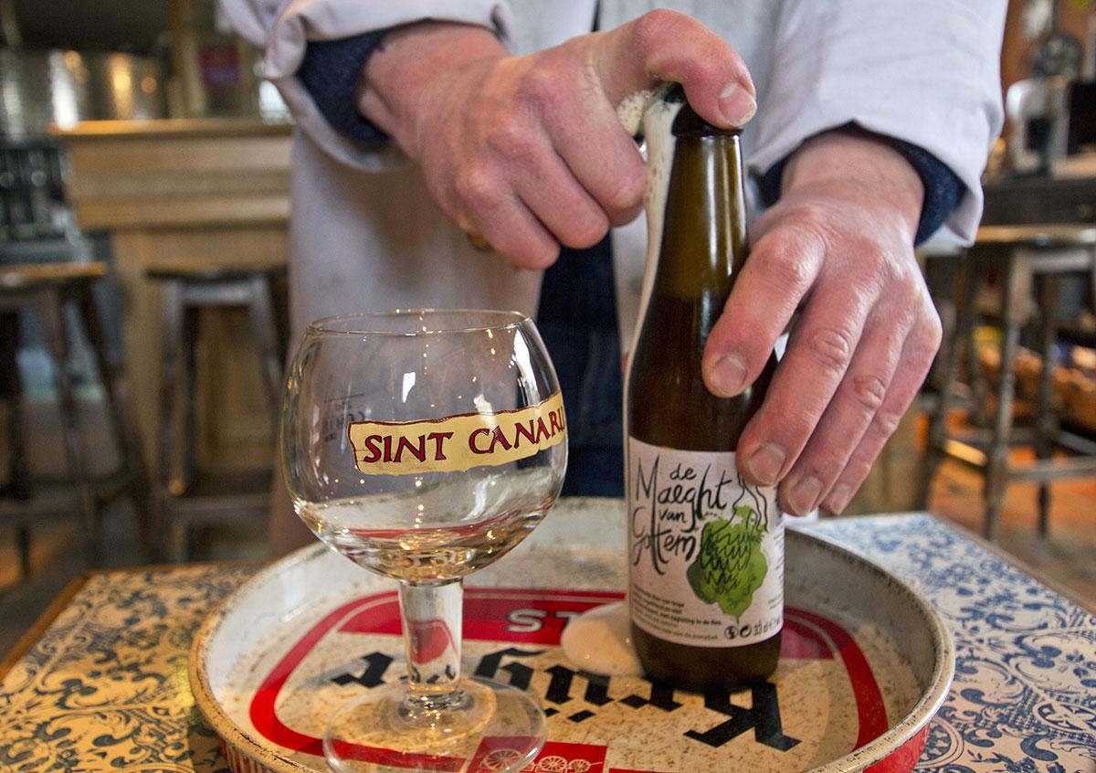 Apertura di una bottiglia di birra belga