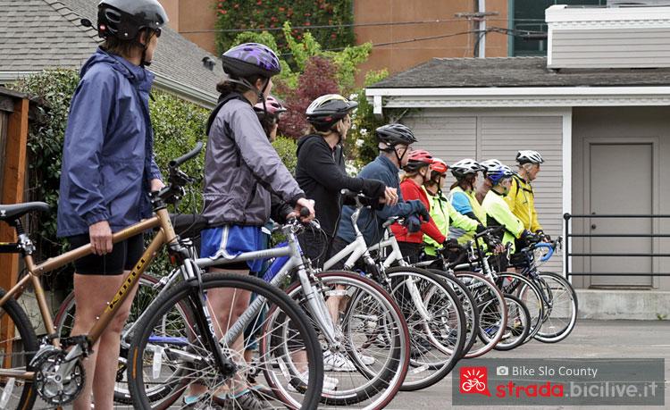 Un gruppo di ciclisti si prepara per un allenamento in bicicletta