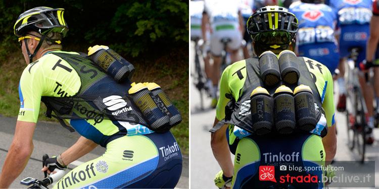 due ciclisti del team Tinkoff indossano il gilet portaborracce realizzato da Sportful