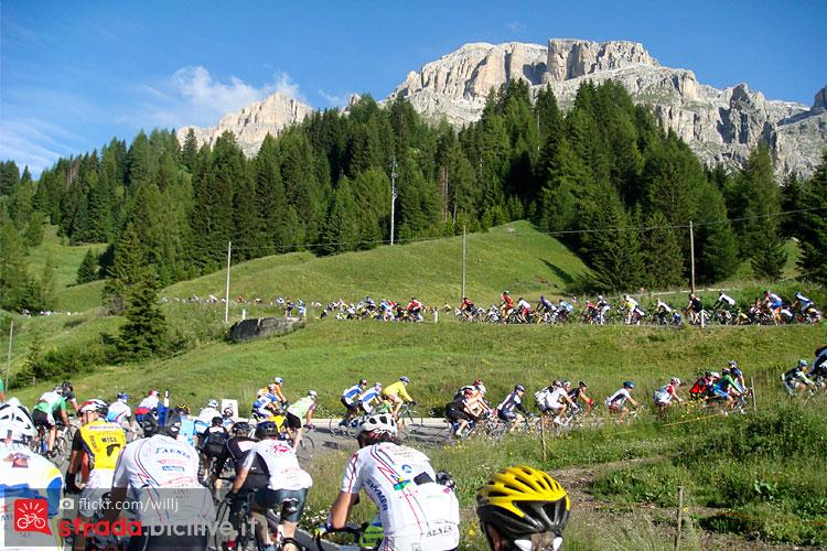 ciclisti affrontano i tornanti del passo Pordoi durante la Maratona Dles Dolomites