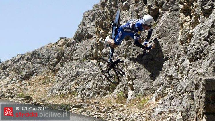 alaphilippe cade durante la tappa a cronometro del Tour 2016 con arrivo a La Caverne