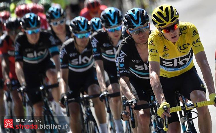 il team Sky con il suo capitano Froome sulle strade del Tour 2017