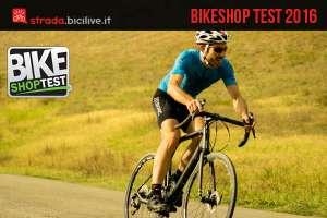 Immagine che mostra un ciclista su bici da corsa durante test di Bike Shop test