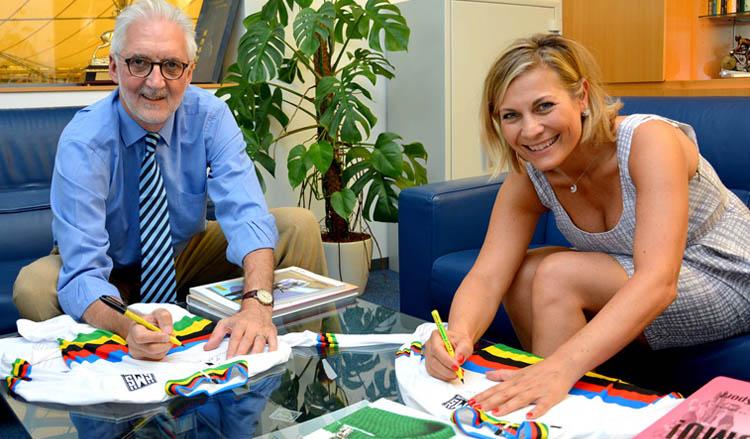 Foto che mostra Monica Santini (figlia di Pietro Santini) con il presidente dell'UCI