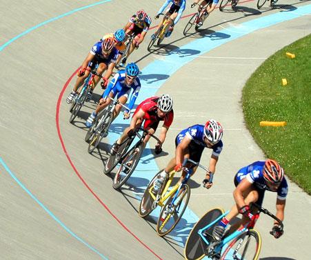 Gruppo di ciclisti su pista