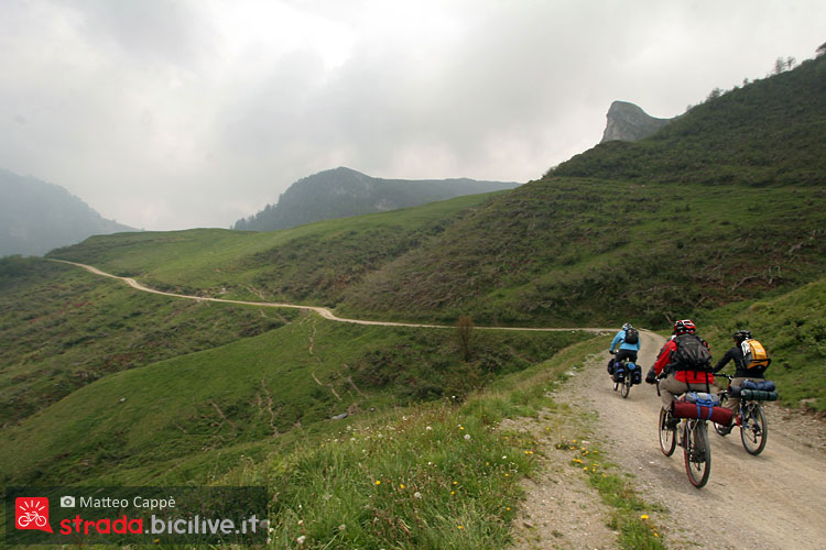 un gruppo di ciclisti durante un viaggio in bicicletta