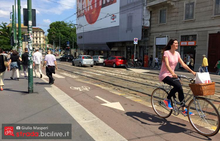 donna in bicicletta pedala nel centro di Milano
