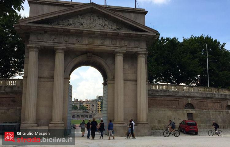 l'ingresso di Parco Sempione dove è possibile girare in bicicletta