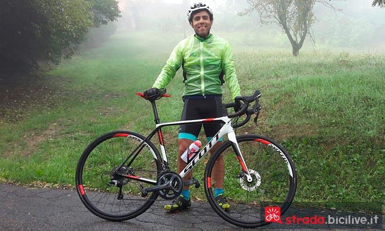 Ciclista con la bici da corsa Scott Addict 20 Disc sulle colline bolognesi.