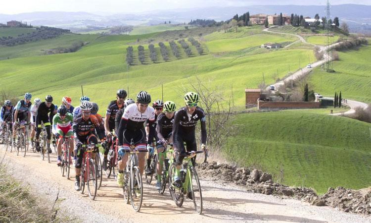 ciclisti partecipano alla granfondo di ciclismo Strade Bianche tra le colline della Toscana e di Siena