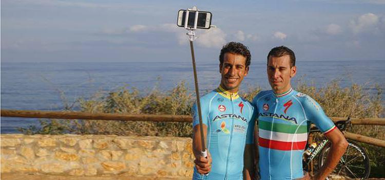 aru e nibali si fanno un selfie con la maglia Astana