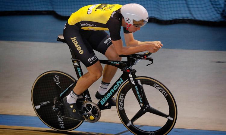 ciclista in pista in sella a una Bianchi Infinito CV
