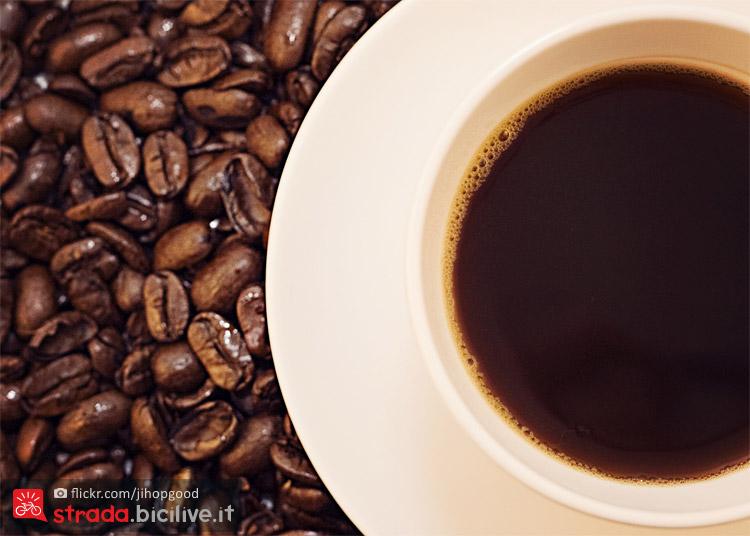 chicci e tazzina di caffè contenenti caffeina