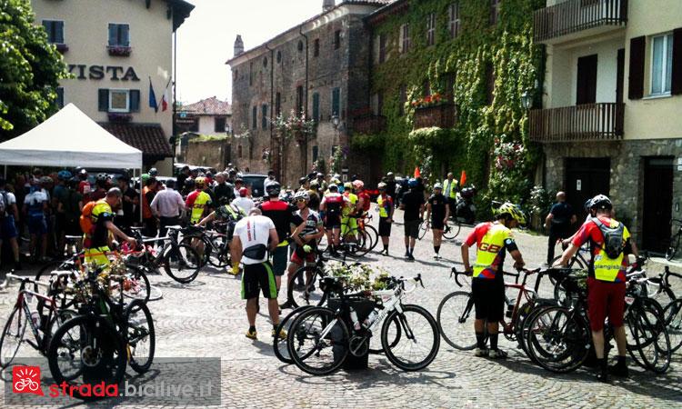 partenza di una gara con bici da strada o gravel