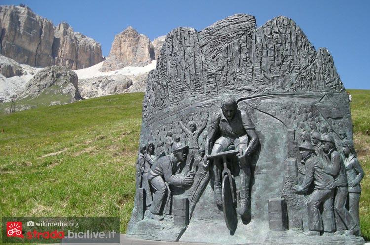Monumento a coppi sul Pordoi